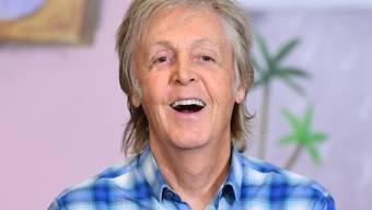 """ARCHIV - Paul McCartney, Musiker aus Großbritannien, lacht bei der Vorstellung seines Kinderbuchs """"Hey Grandude"""" im Buchladen Waterstones Piccadilly. Foto: Ian West/PA Wire/dpa"""
