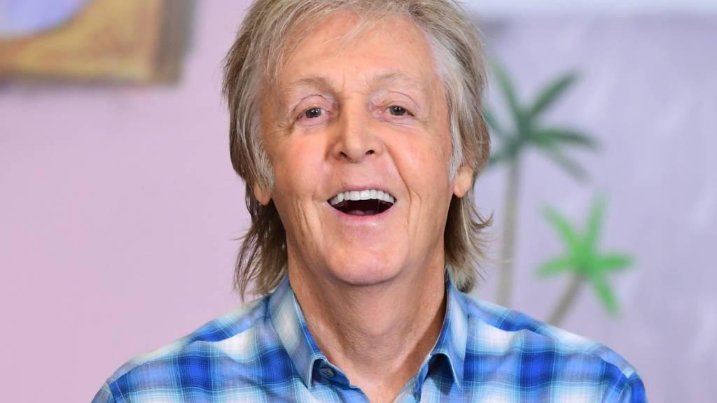 ARCHIV - Paul McCartney, Musiker aus Großbritannien, lacht bei der Vorstellung seines Kinderbuchs «Hey Grandude» im Buchladen Waterstones Piccadilly. Foto: Ian West/PA Wire/dpa