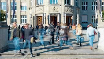 Obwohl die Universitäten mehr Studierende verzeichnen, dürfte das Gewimmel wie hier vor der Uni Zürich wegen der Coronaeinschränkungen kleiner werden.