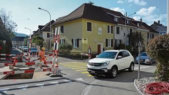 Zu gefährlich: Die Autos überfahren das Trottoir – im Bereich, wo Fussgänger stehen könnten.