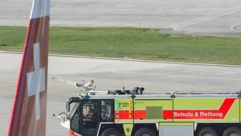 Ein Löschfahrzeug geriet im Januar 2018 auf dem Flughafen Zürich wegen eines Missverständnisses auf Abwege und kam auf dem Pistenkreuz 16/28 einem startenden Airbus 320 gefährlich nahe. (Archivbild)