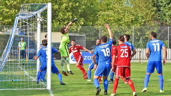 Der Kopfball von Zofingens Matchwinner Avni Halimi segelt über Oltens Goalie Thomas Husi hinweg ins lange Eck.