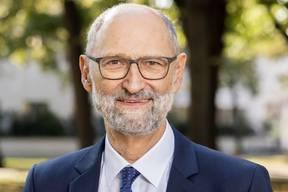 Ralph LewinRalph Lewin, 67, ist Ökonom und ehemaliger Basler SP-Regierungsrat. Er führte von 1997 bis 2008 das Wirtschafts- und Sozialdepartement des Kantons. Nach seiner Regierungszeit übernahm er verschiedene Mandate. Aktuell präsidiert er den Tarifverbund Nordwestschweiz, und noch bis April 2021 ist er Mitglied des Bankrats der Basler Kantonalbank. Das Präsidium des Schweizerischen Israelitischen Gemeindebunds (SIG) tritt er als Quereinsteiger an. Lewin ist verheiratet, hat zwei erwachsene Kinder und lebt in Basel. (lfh/sva)