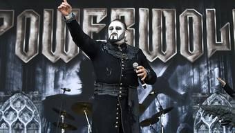 Die deutsche Heavy Metal-Band Powerwolf folgt eigenen Ritualen: Die Bandmitglieder heulen vor jedem Konzert im Chor wie Wölfe. (Archiv)