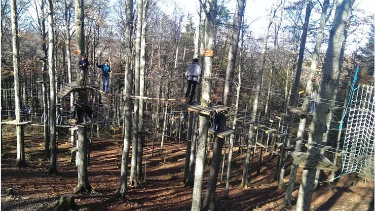 Die sommerlich warmen Herbsttage lockten Besucher bis Saisonende auf die Leitern und Seile zwischen den Bäumen.