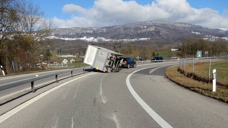 In der Autobahnausfahrt Wangen an der Aare kippte ein Anhänger.