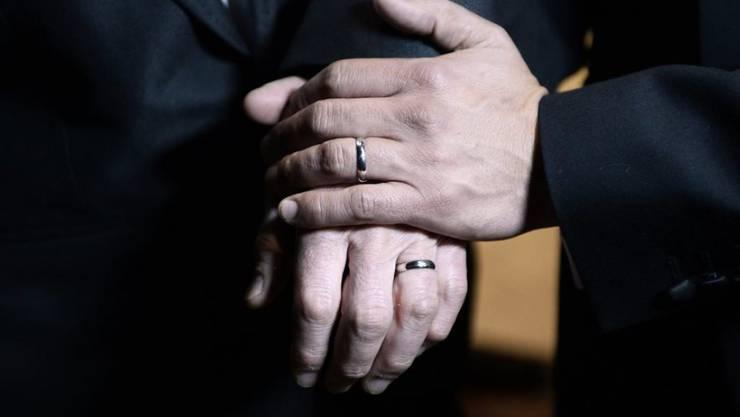 Schwule und Lesben dürfen in Norwegen künftig auch in der Kirche heiraten. (Symbolbild)