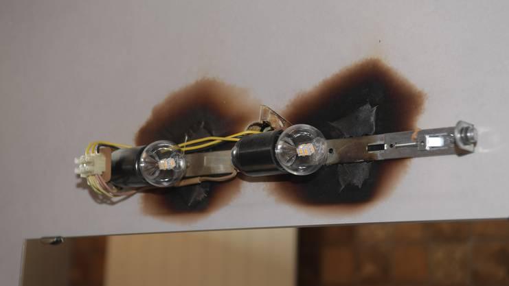 Deutlich zu sehen: die beiden Brandlöcher, die durch die Hitze entstanden sind.
