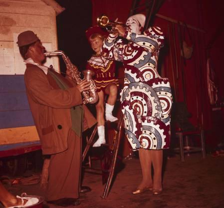 Pio wird als Clown, der über das Hochseil tanzt, berühmt.