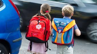 Das sichere Überqueren einer vielbefahrenen Strasse fällt Kindern bis zum Teenager-Alter schwerer als Erwachsenen. Warum dies so ist, erklärt eine neue Studie. (Archiv)