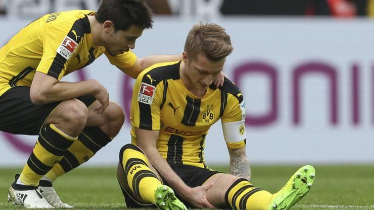 Marco Reus fasst sich im Spiel gegen Bayer Leverkusen an den verletzten Oberschenkel