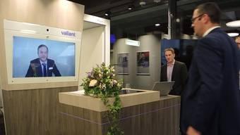 Die Valiant setzt auf ein virtuelles Kundenerlebnis – hier ein Demo in der modernen Geschäftsstelle in Brugg. (Archivbild)