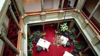 Blick in einen der beiden Lichthöfe des «Verenahofs», kurz vor der Schliessung des Hotels im Jahr 2002. Wal/Archiv