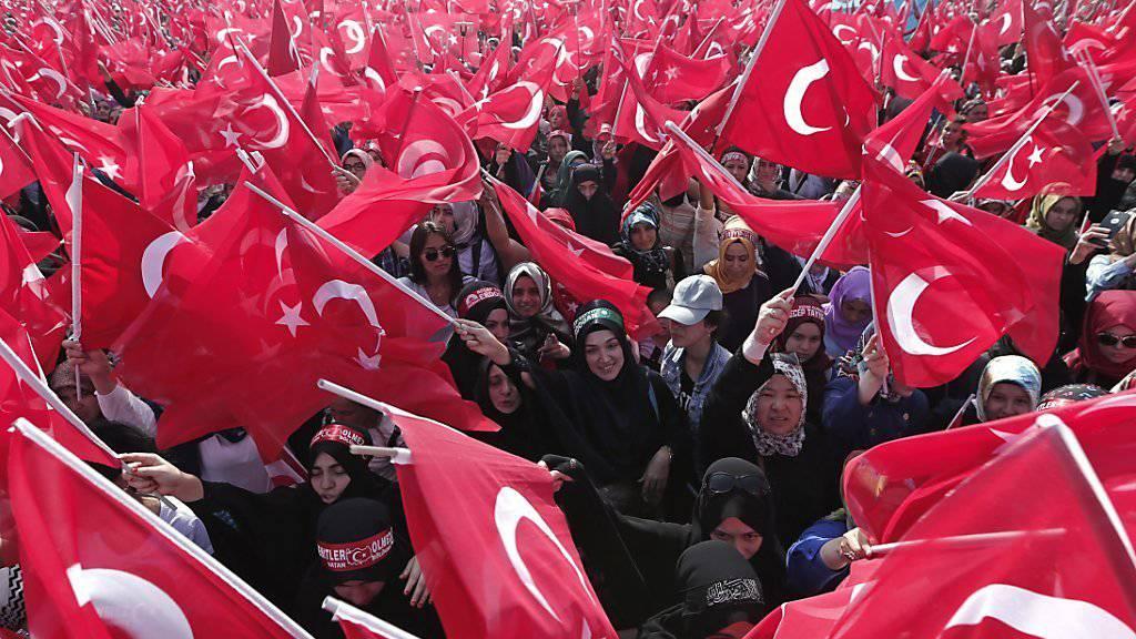 Tausende schwenken in Istanbul türkische Flaggen.