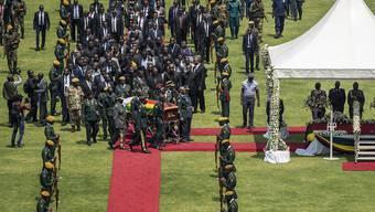 An dem Staatsakt für Simbabwes langjährigen Machthaber Robert Mugabe nahmen unter anderem der südafrikanische Präsident Cyril Ramaphosa und sein kenianischer Amtskollege Uhuru Kenyatta teil.