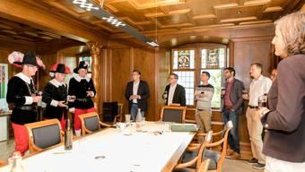 Mitglieder der Cordulazunft übergeben im Anschluss an die Stadtratssitzung 20 Flaschen Wein als Zins an den Stadtrat. Fotografiert am 16. September 2019.