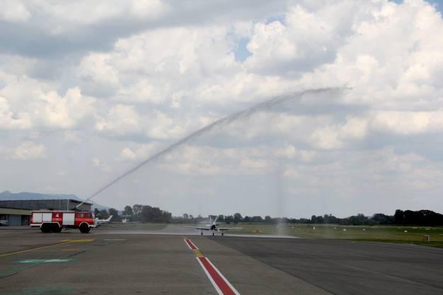 Die Maschine erhält die traditionelle Flugzeugtaufe
