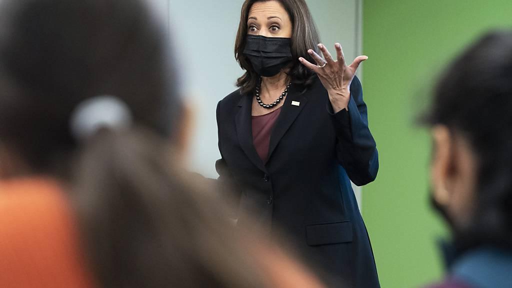 US-Vizepräsidentin Kamala Harris besucht die George Mason University im Bundesstaat Virginia. Harris ist wegen ihrer Reaktion auf die Äußerungen einer Studentin zu Israel unter Druck geraten. Foto: Jacquelyn Martin/AP/dpa