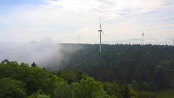 So könnte der Windpark Chall eines Tages aussehen – falls er denn tatsächlich gebaut wird. (Montage/bz-Archiv)