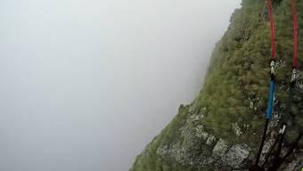 Besser nicht nachmachen: Jamie Lee lässt sich in den Nebel fallen.