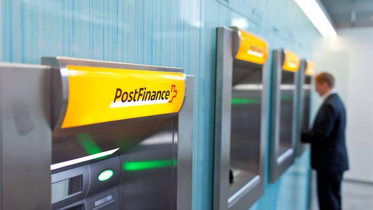 Die gelben Geldautomaten sind ein Wahrzeichen für den Geldverkehr bei der Post.Gaetan Bally/keystone