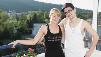 Aussicht auf die Aarburg: Sandro mit seiner Freundin Daniela auf dem Balkon ihrer frisch bezogenen Wohnung in Aarburg – im Hintergrund sein ehemaliges Zuhause, das Jugendheim.
