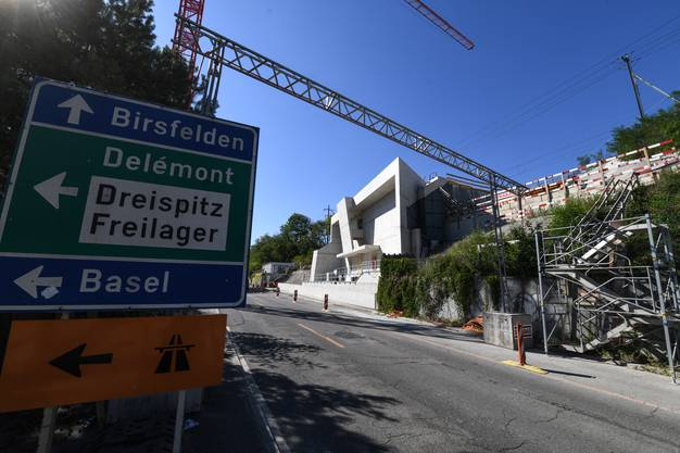 Im Hintergrund sieht man die Neubauten des erweiterten und sanierten Schänzli-Tunnels.