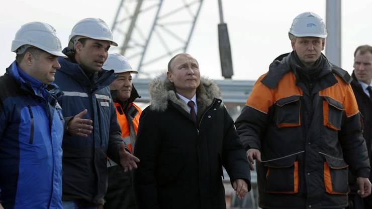 Wladimir Putin am Mittwoch auf der Baustelle der ersten Brücke zwischen dem russischen Festland der Krim.