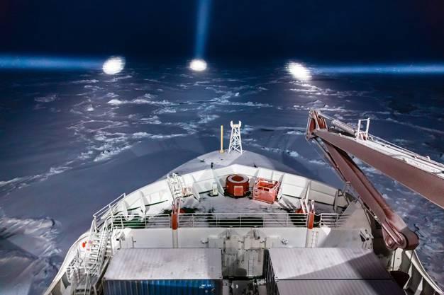 Das Forschungsboot «Polarstern» steuert in der Nacht durch das Eis.