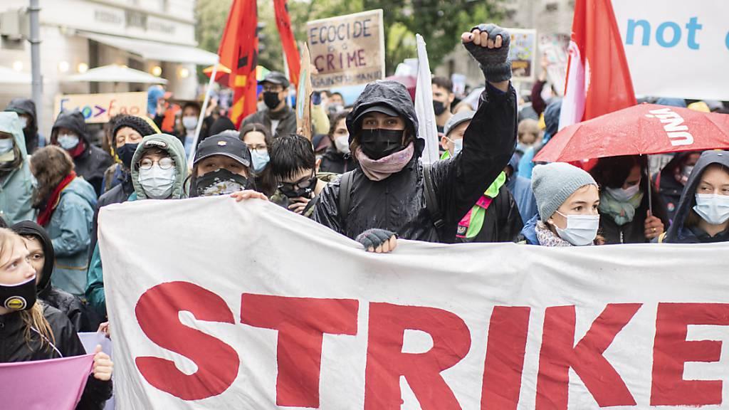 Klimaaktivistinnen und -aktivisten fordern Klimagerechtigkeit