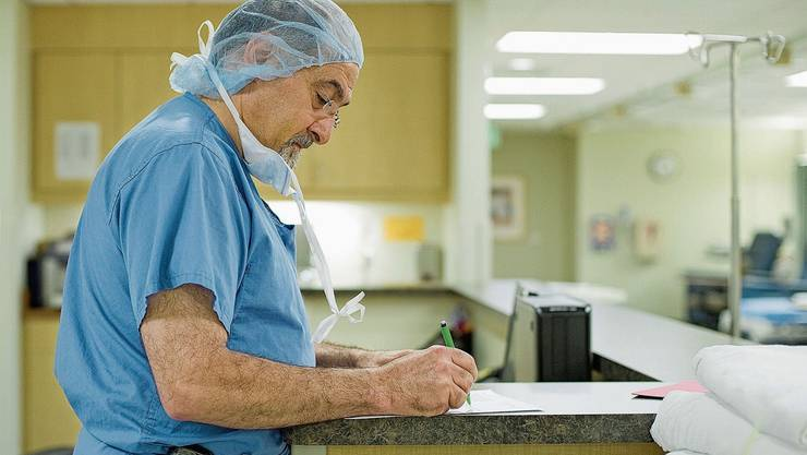 Ärzte müssen den Bund via Formular über die Ansteckungsquellen der Coronapatienten informieren. Das klappt nur schlecht. (Symbolbild)