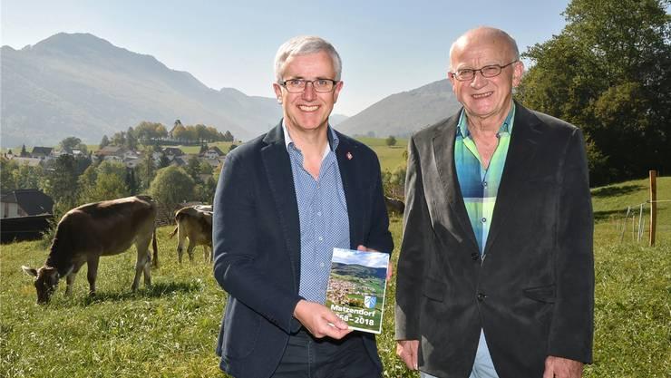 Anton Fluri (l.) und Markus Egli vom Redaktionsteam präsentieren die 172 Seiten umfassende Broschüre «Matzendorf 1968–2018» in authentischer Umgebung.Remo Fröhlicher