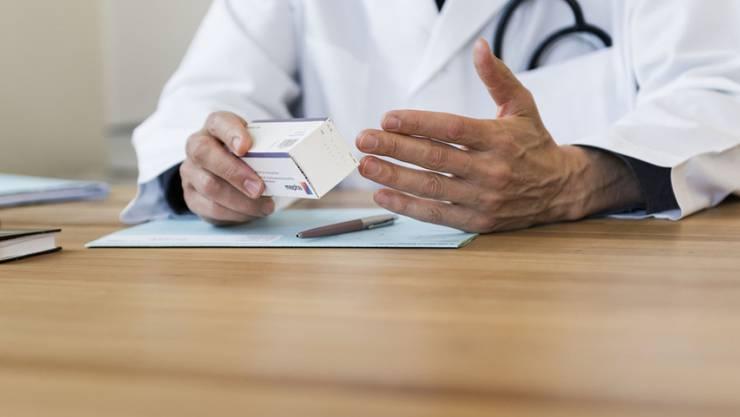 Der so genannte Ärztestopp steht nun definitiv im Gesetz. Die Kantone können die Zulassung neuer Ärztinnen und Ärzte von einem Bedürfnis abhängig machen. (Symbolbild)