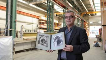 Architekt Hans-Jörg Fankhauser zeigt: Vor gut hundert Jahren wurden in der heutigen Halle der Stamm Bau AG Generatoren für die Elektrifizierung der Region gebaut.