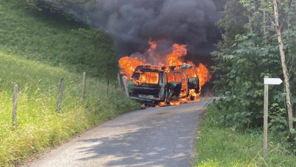 Ein Campingbus ist am Samstagmittag im Kanton Freiburg durch einen Brand zerstört worden.