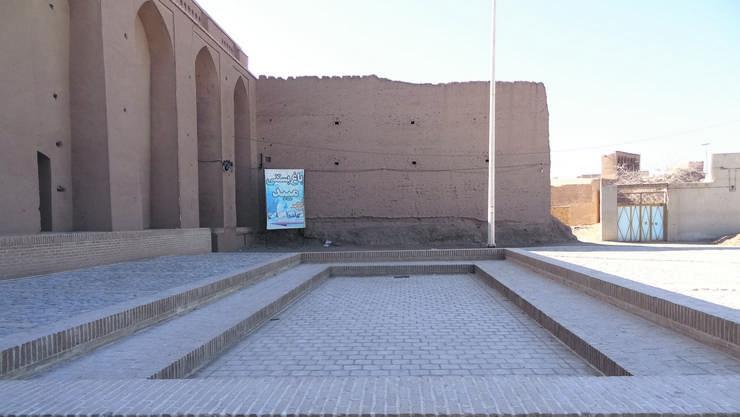 Die flachen Becken, in denen die Perser nachts Eis machten (hier in der iranischen Wüstenstadt Meybod), waren gegen Süden von hohen Mauern umgeben, damit sie sich tagsüber nicht aufheizen.