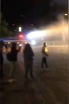 Als Sanitäter im August am Zürcher Seebecken einem schwer verletzten Teenager helfen wollen, werden sie von Vermummten attackiert. Dutzende Mitläufer solidarisieren sich mit den Angreifern. Die Polizei muss Gummischrot und  Tränengas einsetzen. Politiker fordern nun härtere Strafen.