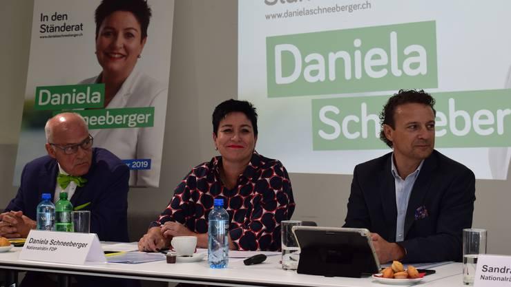 Sieht sich als «moderne Frau einer neuen Generation»: FDP-Ständeratskandidatin Daniela Schneeberger mit Unternehmer Klaus Endress (l.) und Wahlkampfleiter Michael Herrmann (r.).