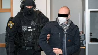 Der Halle-Attentäter Stephan B. wird zum Auftakt des 24. Prozesstages am 8. Dezember in das Landgericht Magdeburg geführt.