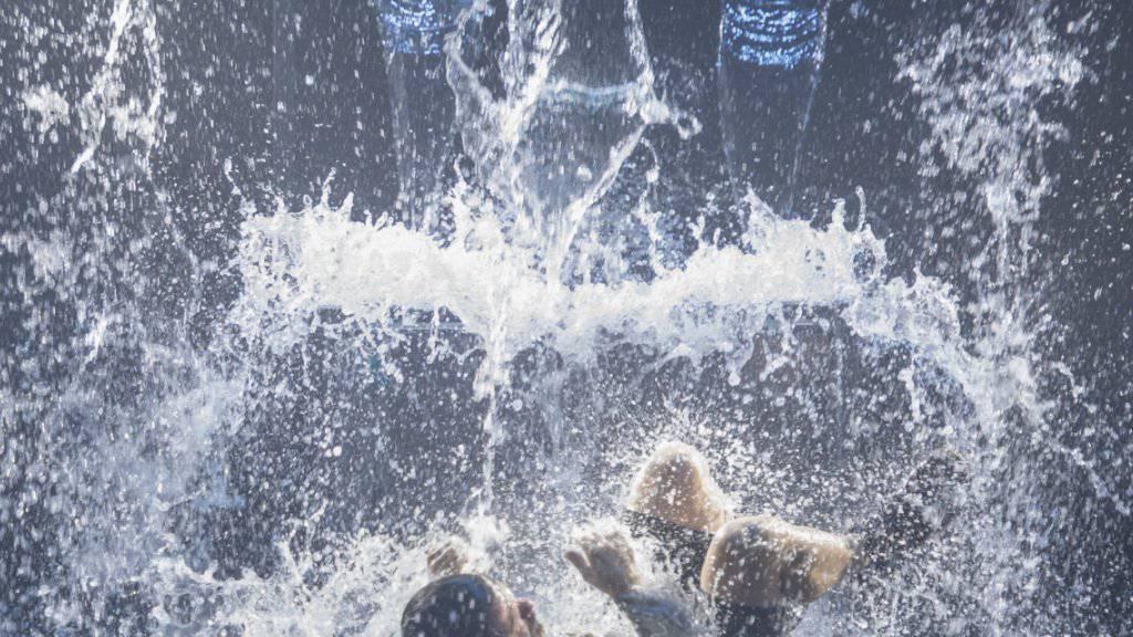 Eine der packenden Szenen der neuen Altdorfer Inszenierung: Wilhelm Tell (Pan Aurel Bucher) rettet sich im Föhnsturm ans Ufer. (Probenfoto)