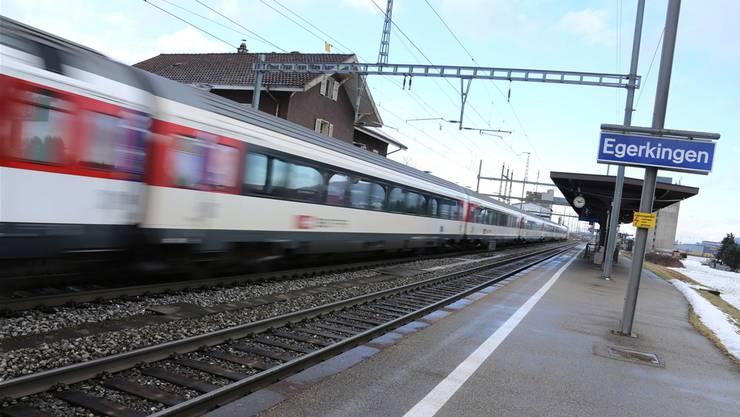 Ein Interregio-Zug braust durch den Bahnhof Egerkingen. Nach Meinung der Planungsregion Nordwestschweiz soll das nicht so bleiben.