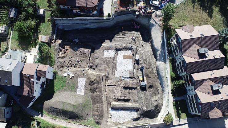 Übersicht über die archäologische Ausgrabung in Glis, die mehrere Gebäude aus der Römerzeit freigelegt hat,.