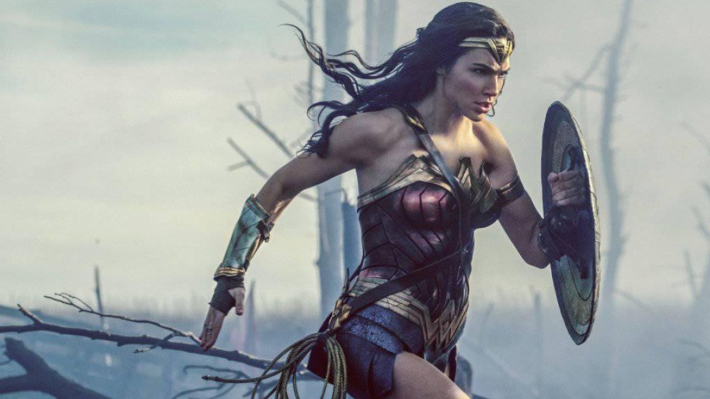 Gal Gadot in einer Szene von «Wonder Woman». Der Film hat am Wochenende vom 29. Juni bis 2. Juli 2017 in der Deutschschweiz erneut die Spitze der Kinocharts übernommen. (Archiv)