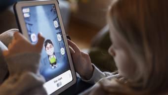 Kleine Kinder können besser akzeptieren, wenn das Tablet abstellt, weil der Akku leer ist, als wenn die Eltern ihnen sagen: «Jetzt ist genug!».