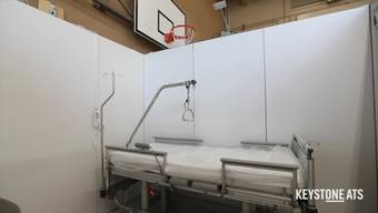 Das Universitätsspital Zürich (USZ) hat in zwei Turnhallen der Kantonsschule Rämibühl ein Notspital für Covid-19-Patienten eingerichtet. Es soll in Betrieb genommen werden, wenn eine Ansteckungswelle andere Spitäler und Rehakliniken auslasten sollte.  Das Notspital verfügt über 60 Betten, wie Unispital-Chef Gregor Zünd am Dienstag in Zürich vor den Medien ausführte. Es ist für Covid-Patienten gedacht, die das Schlimmste überstanden haben und aus dem Unispital entlassen werden, aber weiter medizinische Pflege benötigen.