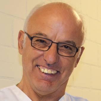 Albert Scheuber bringt Patientinnen und Patienten vom Spitalzimmer in den Operations-Saal oder auch zum Röntgen. Täglich legt der 64-jährige gelernte Landwirt 10 bis 15 Kilometer zu Fuss auf dem Gelände des KSA zurück – und ist glücklich, wenn er seine Patienten zum Lächeln bringen kann.