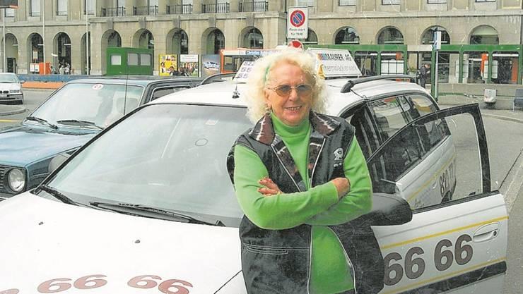Wally Konrad auf einem alten Foto in einer der glücklichsten Zeiten ihres Lebens: Als Taxifahrerin am alten Bahnhof in Aarau
