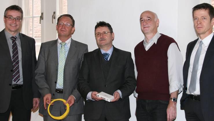Von links: Christoph Umbricht (Regionalwerke), Roger Heggli (Swiss4net), Johann Widmer, Baden Fiber Networks AG, Toni Laube (Gemeinde Ennetbaden) und Thomas Lütolf (Stadt Baden). -rr-