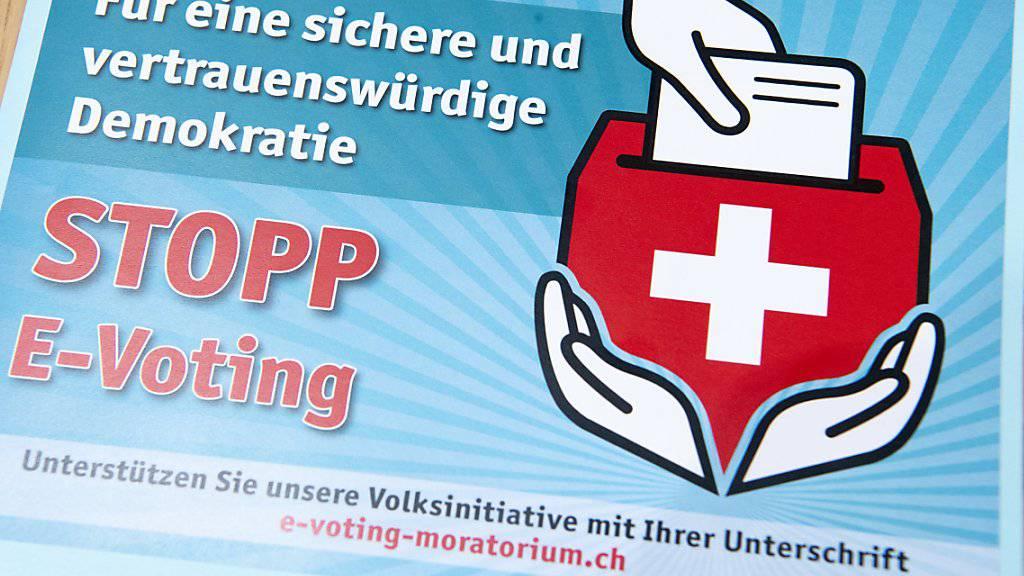 E-Voting steht derzeit in der Kritik. Nach einem öffentlichen Hackertest wird das System der Schweizerischen Post wegen aufgetauchter «kritischer Fehler» befristet ausgesetzt. (Themenbild)
