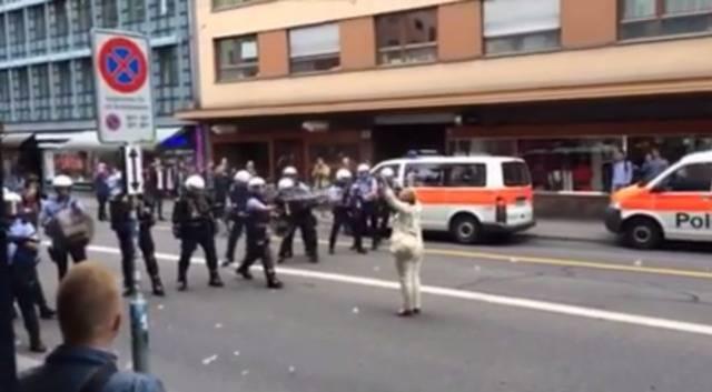 Die Polizei setzt Gummischrot und Pfefferspray  gegen Demonstranten in Zürich ein.